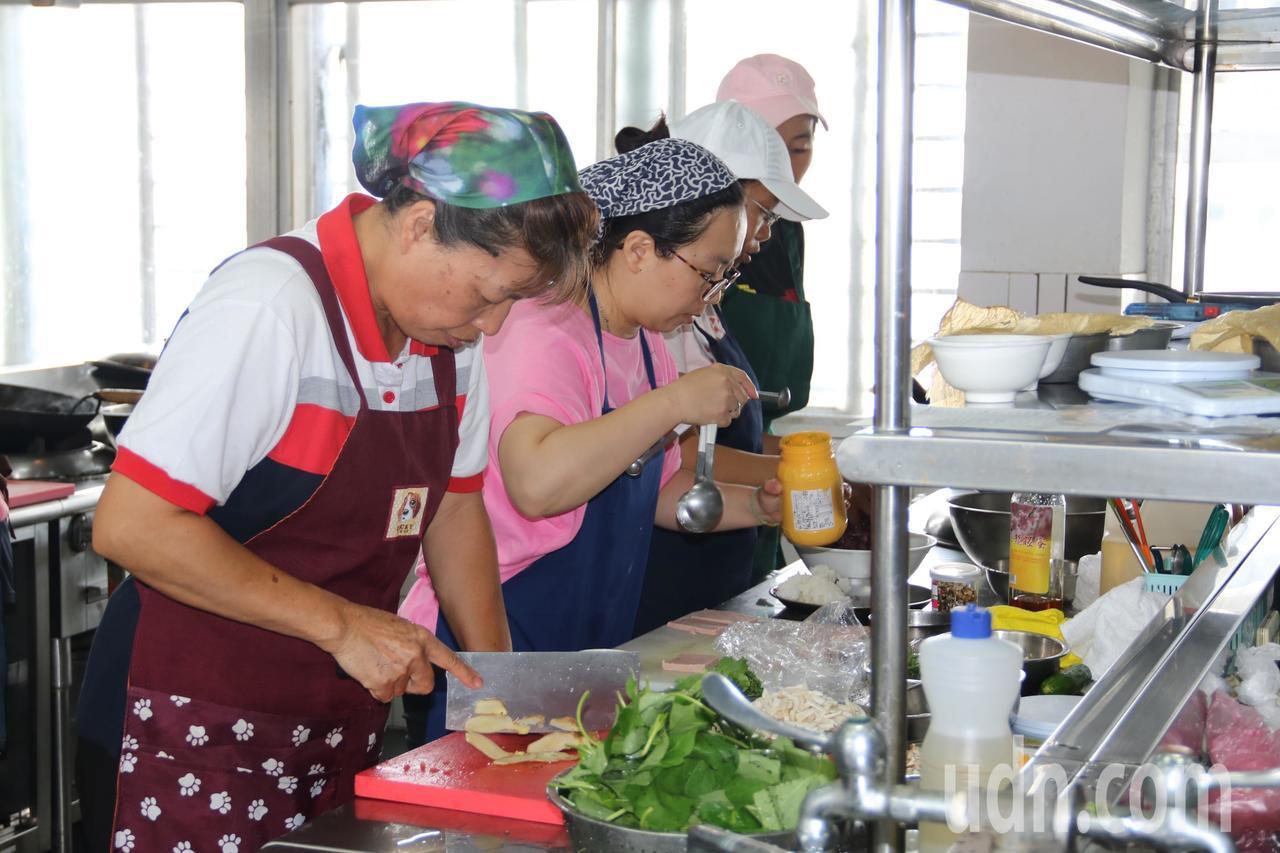 弘光科大開設素食到宅坐月子培訓班,吸引30人報告參加。記者黑中亮/攝影