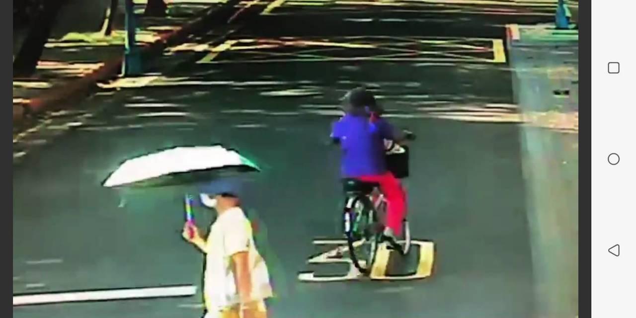 北市一名老婦人騎乘自行車,遭陌生男子推倒在地。記者廖炳棋/翻攝