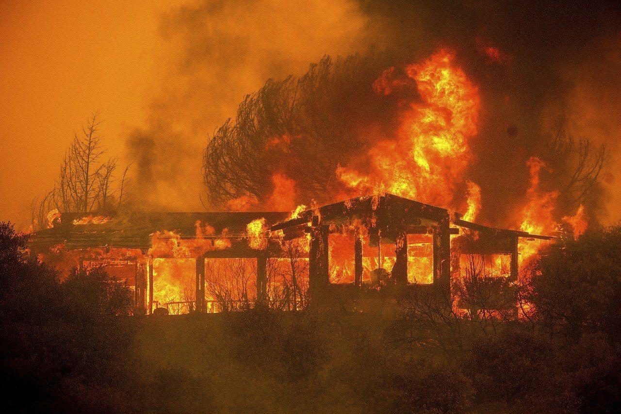 加州官員6日表示,加州大火已發展成加州史上最大野火。美聯社