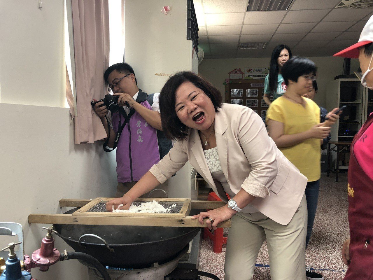 勞動部長許銘春今日到新竹市康樂社區協會體驗農村美食米苔目,會後受訪談到基本工資時...