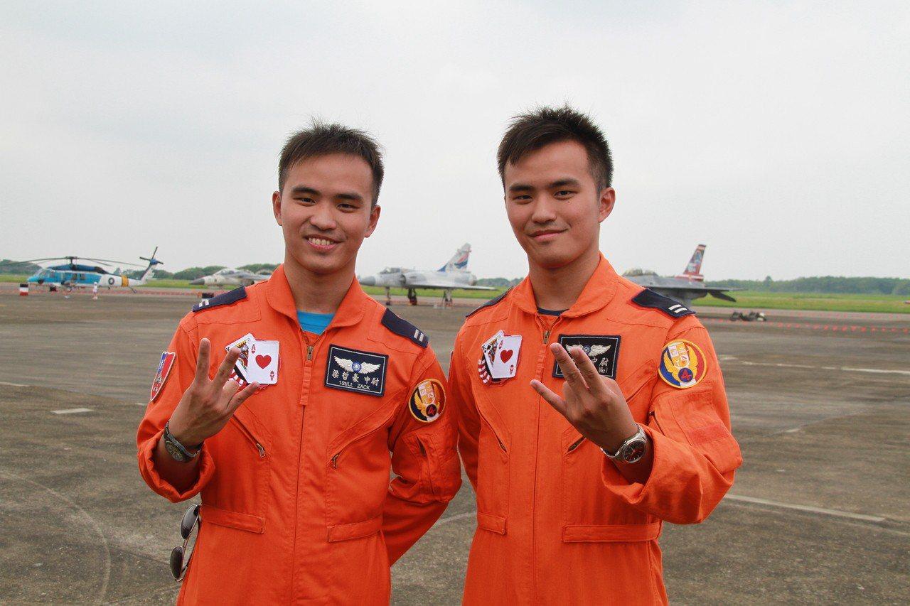 空軍四聯隊2名F-16雙胞胎飛行員梁哲維、梁哲豪受到擔任空軍地勤父親影響,嚮往空...