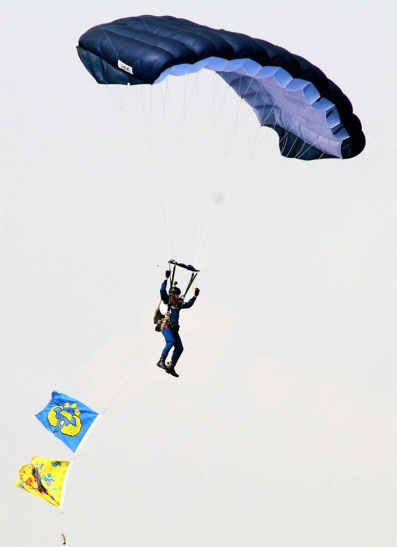 神龍小組跳傘表演。記者卜敏正/攝影