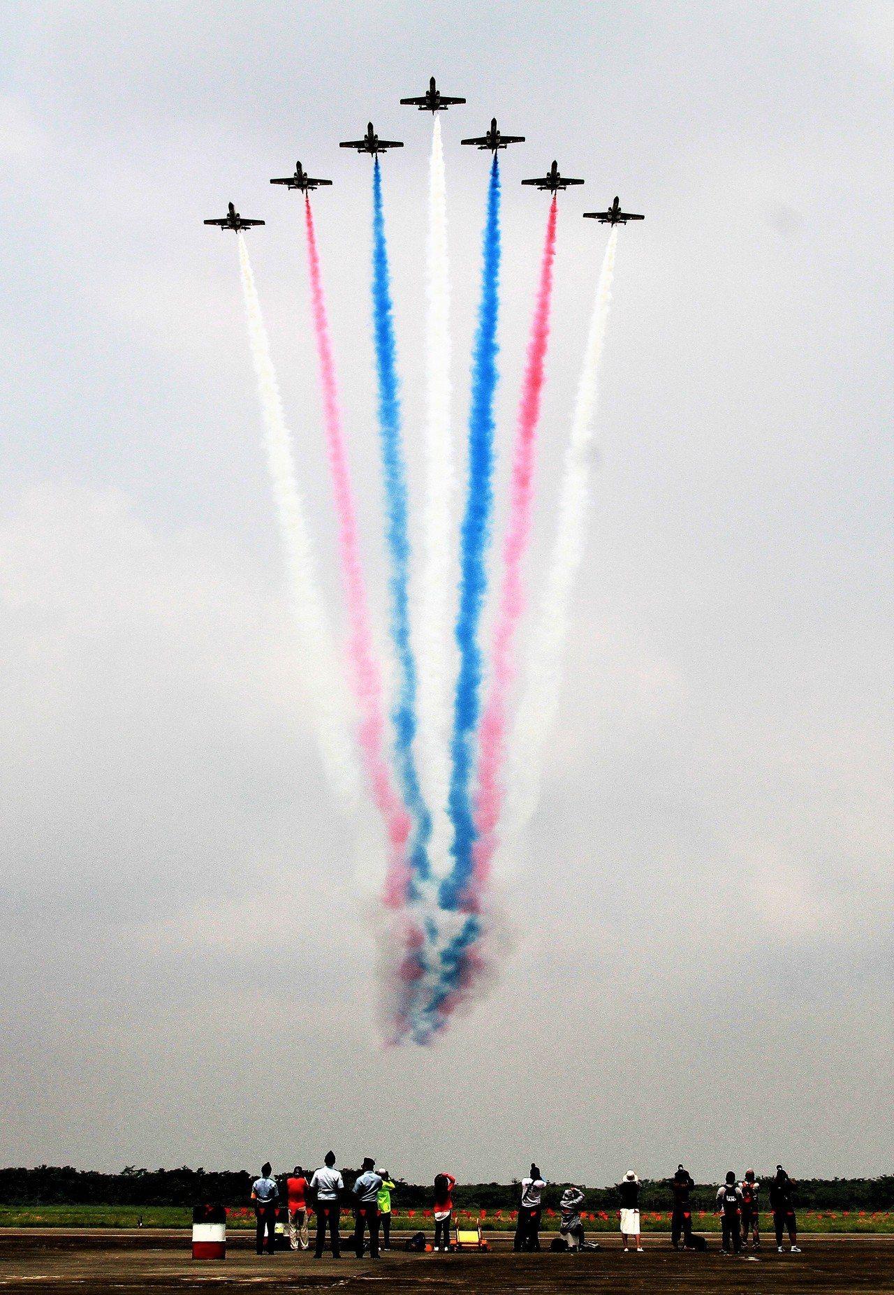 雷虎小組小組飛行表演。記者卜敏正/攝影