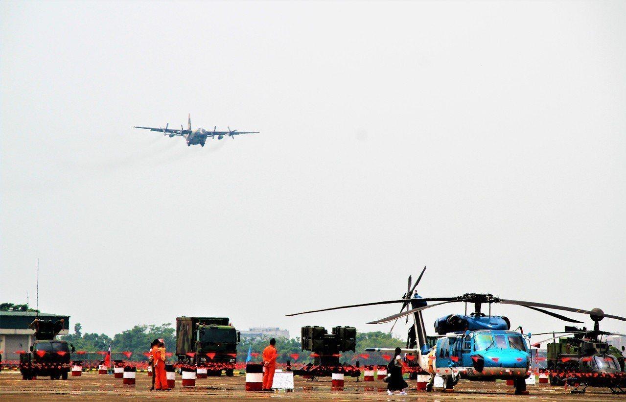 飛行展示吸引大批媒體、軍事引迷到場採訪、拍照。記者卜敏正/攝影