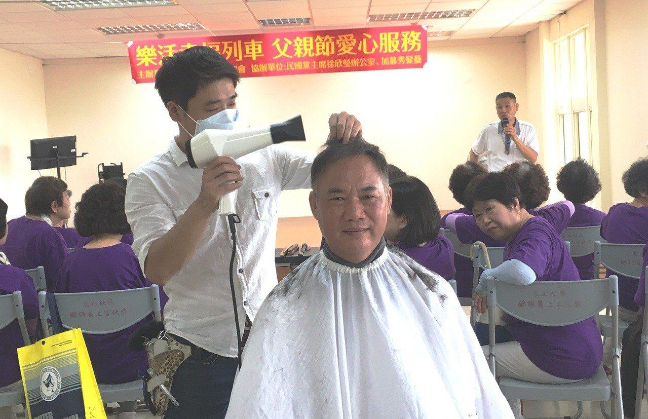 新竹縣樂活成長協會,今早在竹東鎮舉辦義剪及推拿的服務,現場除了爸爸可以享受義剪及...
