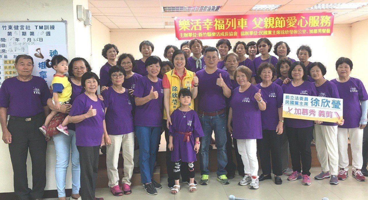 新竹縣樂活成長協會,今早在竹東鎮舉辦義剪及推拿的服務。記者陳斯穎/攝影