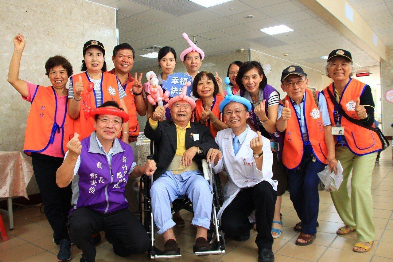 87歲長期住院的老榮民左元慶(前左二),月退俸僅一萬多元,多年來省吃儉用存了一百...