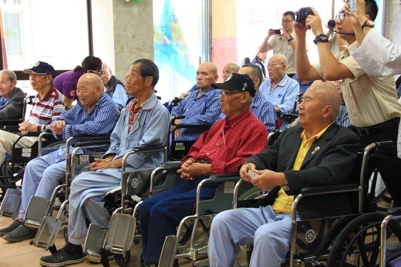 新竹榮服處到醫院辦活動,關懷這些榮民。記者郭政芬/攝影