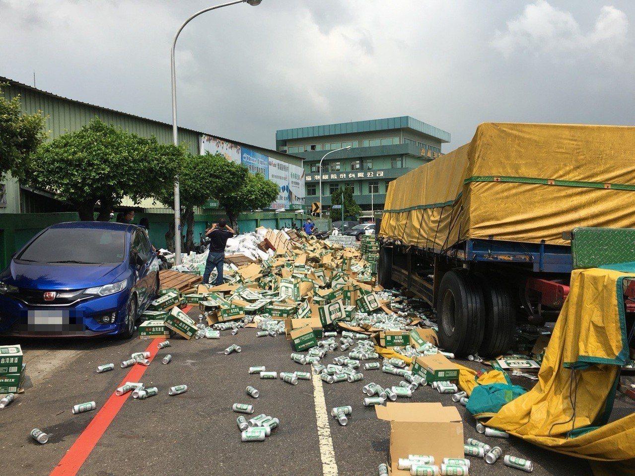 台中市西屯區工業27路今天下午發生一起聯結車疑因束帶斷裂,導致1680箱啤酒散落...