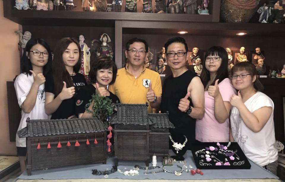 朱正生、莊佳霖、劉鳳珠老師與四位學生。圖/經國學院提供