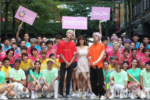 賴琳恩下午出席恩伊林璀璨之星快閃活動,與醒吾大學學生聯手出擊在街頭熱歌熱舞,為8月22舉行的總決賽造勢。