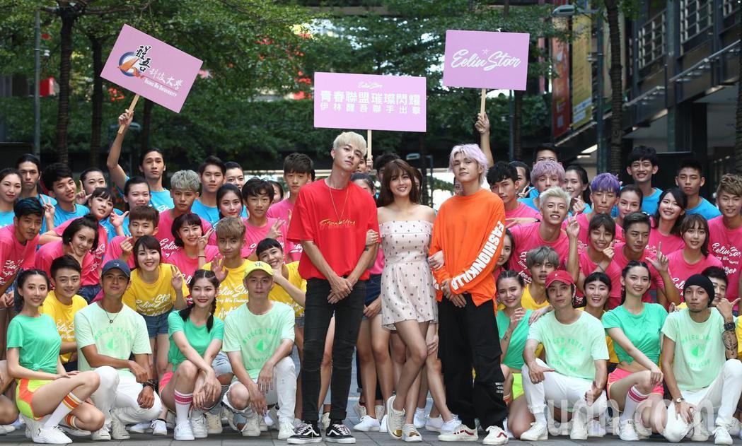 賴琳恩(中)下午出席恩伊林璀璨之星快閃活動,與醒吾大學學生聯手出擊在街頭熱歌熱舞