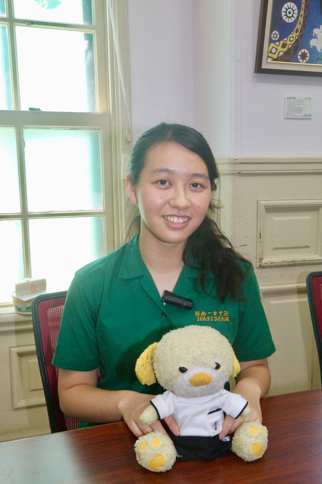 考取台大醫科的北一女畢業生劉亭昀,求學路上最親密的戰友就是3歲的生日禮物狗布娃娃...