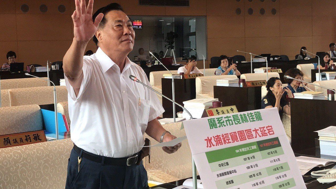 台中市議員楊正中指出水湳經貿園區工程延宕,讓民眾等了又等。記者陳秋雲/攝影
