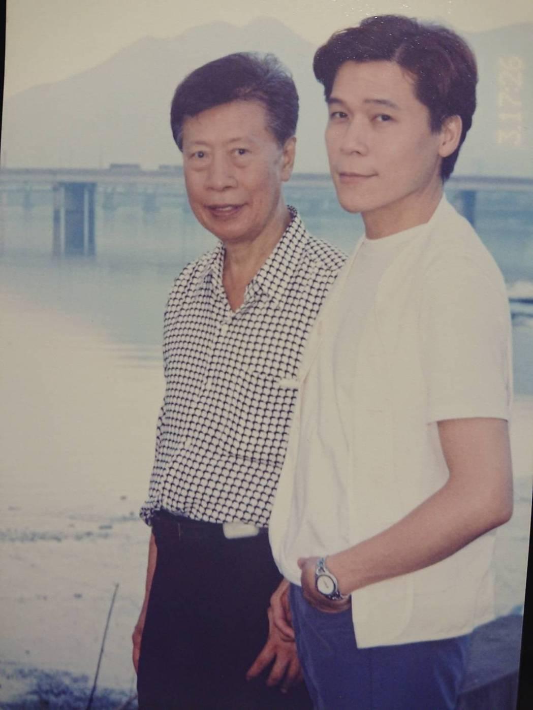洪榮宏(右)很思念爸爸洪一峰。圖/寬宏藝術提供