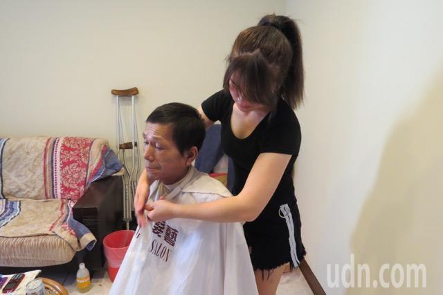 蘇慧君常幫父親修剪頭髮,讓父親更顯朝氣、父女同享滿滿幸福的愛。記者林家琛/攝影