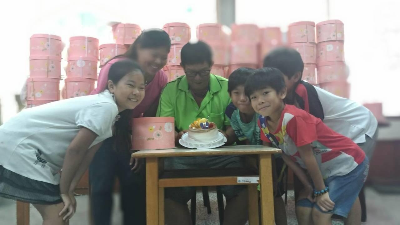雲林家扶基金會今天送上蛋糕,在父親節前夕為蔡岱桐(左三)慶祝,切著蛋糕,與妻兒留...