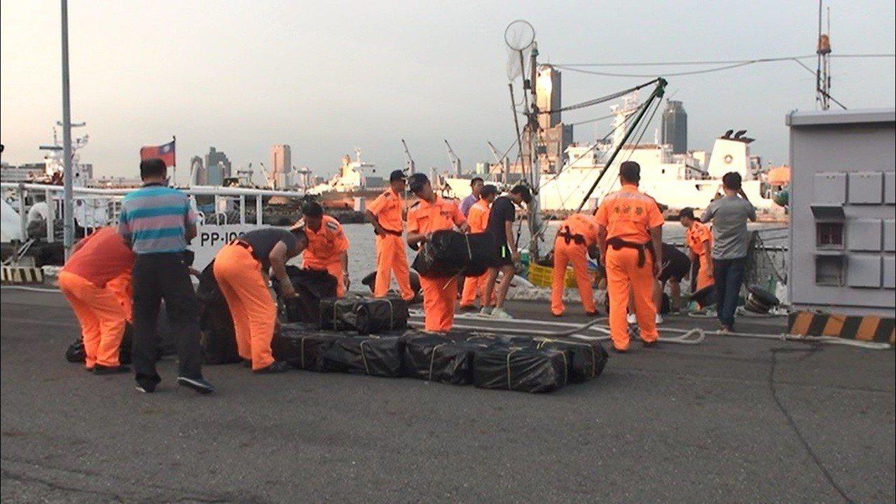 海巡人員查獲漁船載運未稅私菸132箱,市價估計逾500萬元。記者黃宣翰/翻攝