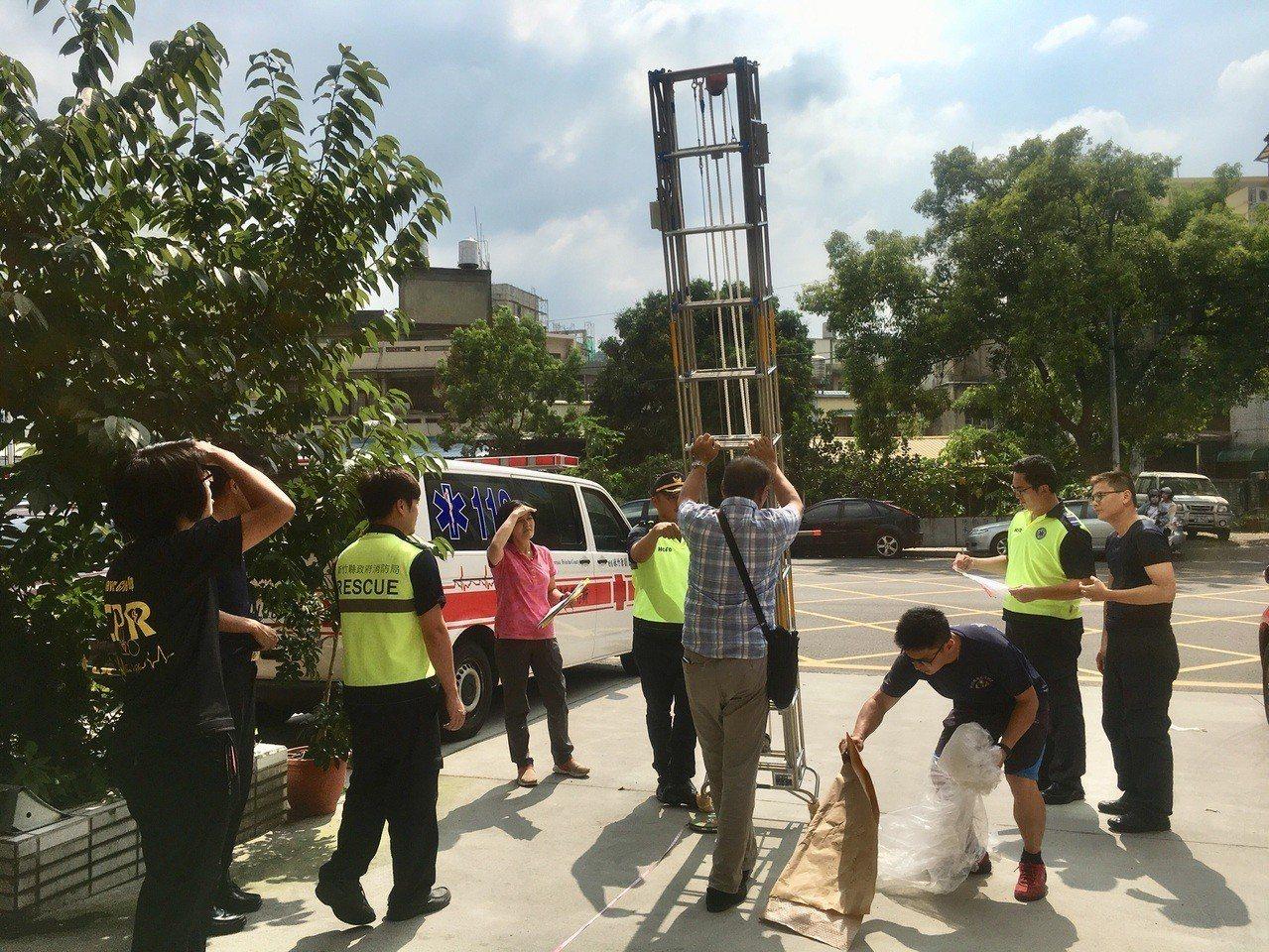 新竹縣竹東消防分隊在本月購入縣內的第二支「關東梯」,一支要價49萬,雖要價不斐,...