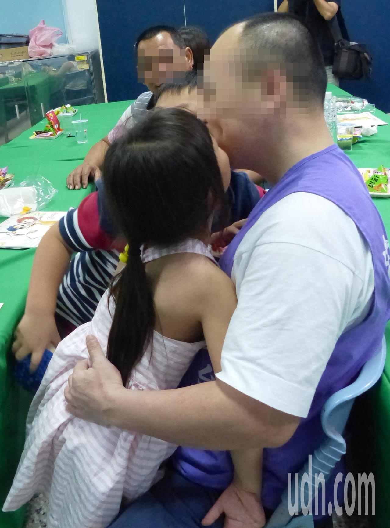 收容人的孩子獻上一吻,祝爸爸父親節快樂。記者凌筠婷/攝影