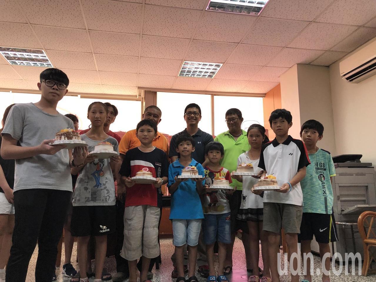 童也恬、鄭淳方號召世界各地313位友人,集資購買1840個蛋糕捐贈給家扶基金會,...
