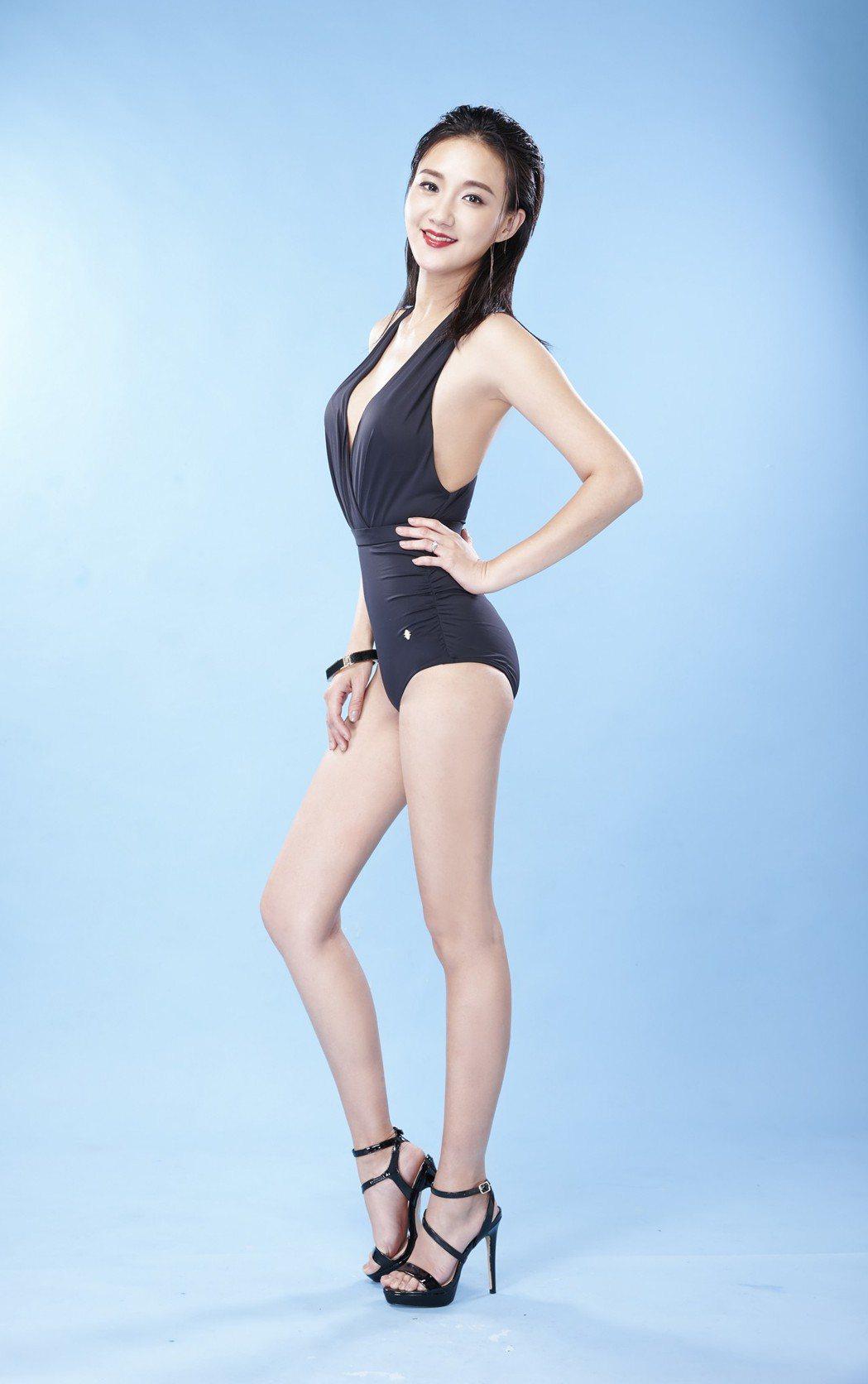 何妤玟穿上連身泳裝展現火辣身材。圖/Laler菈楽提供