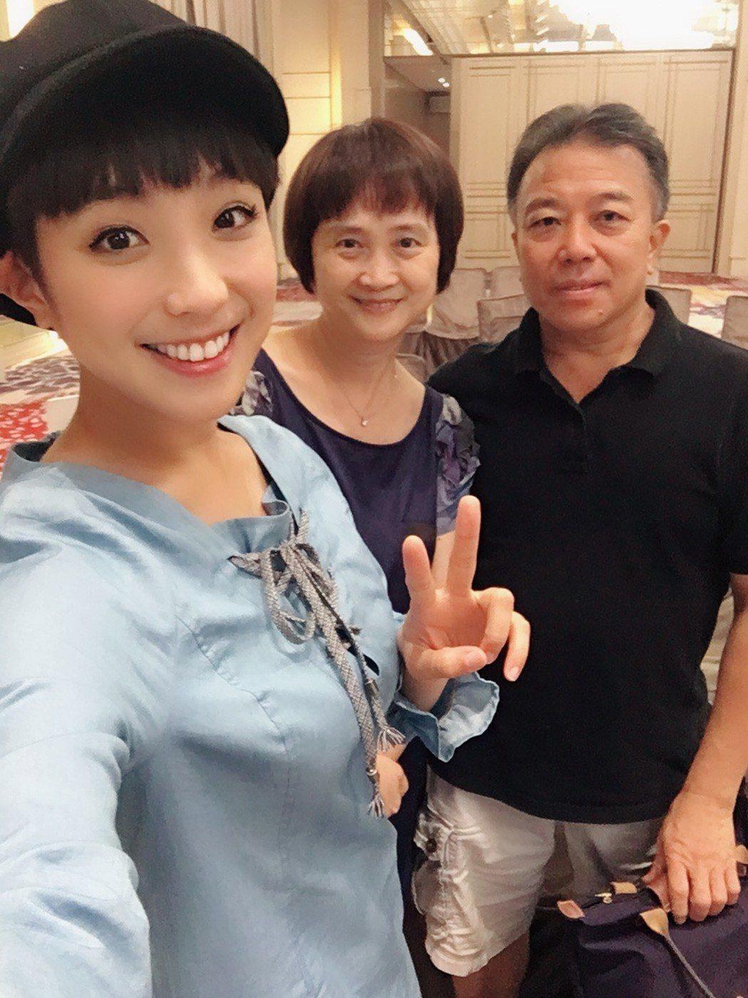 梁舒涵(左起)與母親李美慧、父親梁偉華。圖/TVBS提供