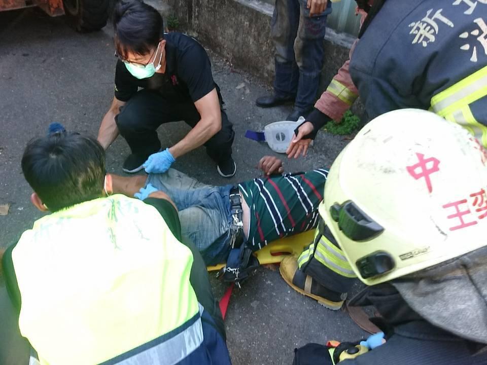 消防隊員撐開小山貓機具結構,救出受困男子時,他已失去生命跡象。記者林昭彰/翻攝