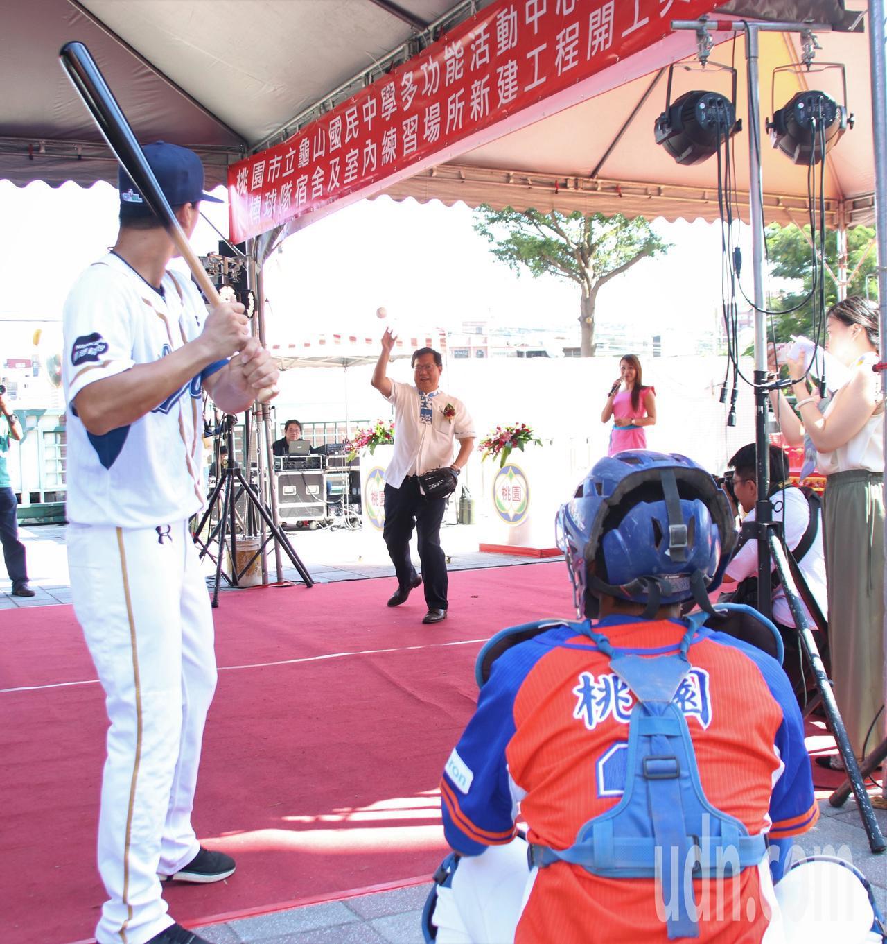 鄭文燦(中)在棒球上簽名,並以象徵性開球揭開動土典禮。記者曾健祐/攝影