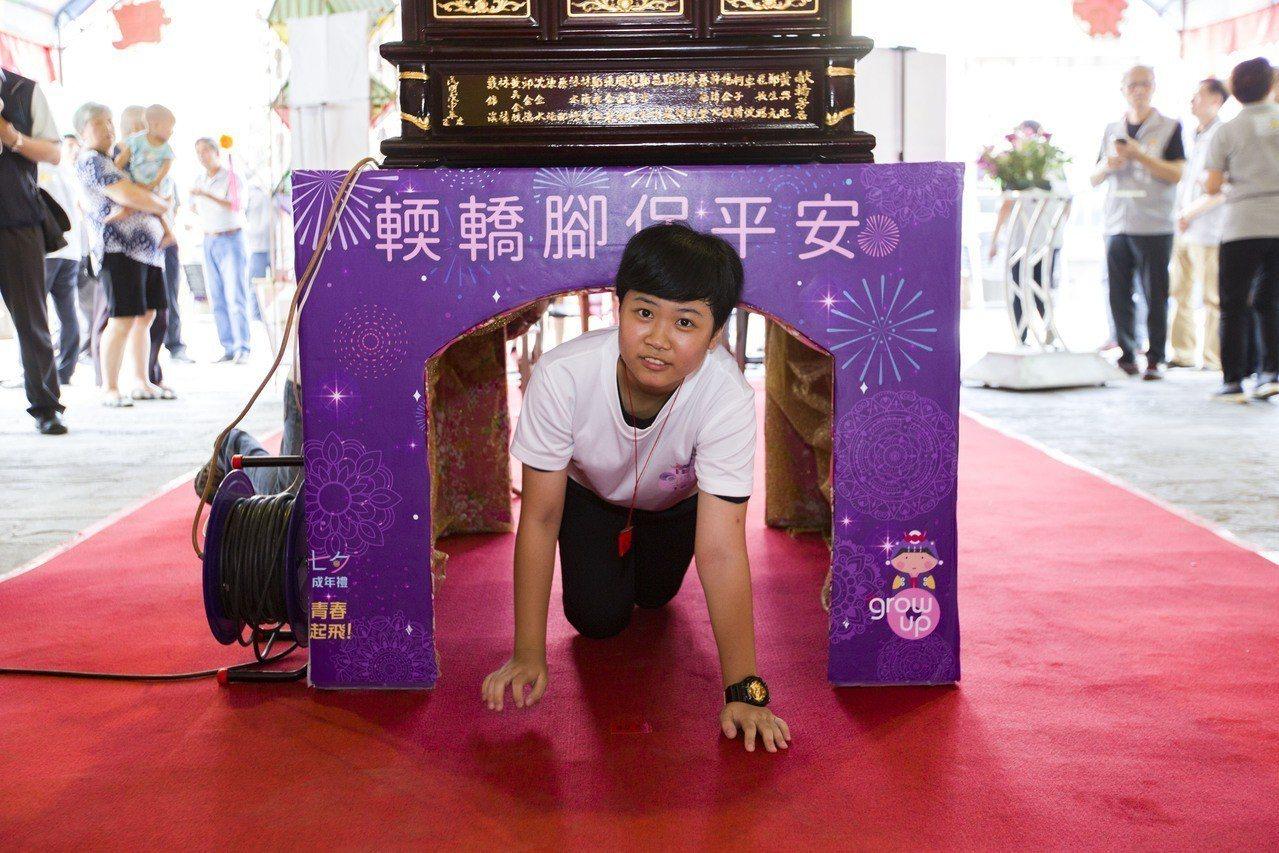 竹市七夕成年禮8月17日舉行,學生「輭轎腳」。圖/新竹市府提供