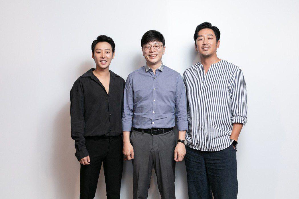 金東旭(左起)、導演金容華以及河正宇在台宣傳「與神同行:最終審判」,辛勤跑行程,