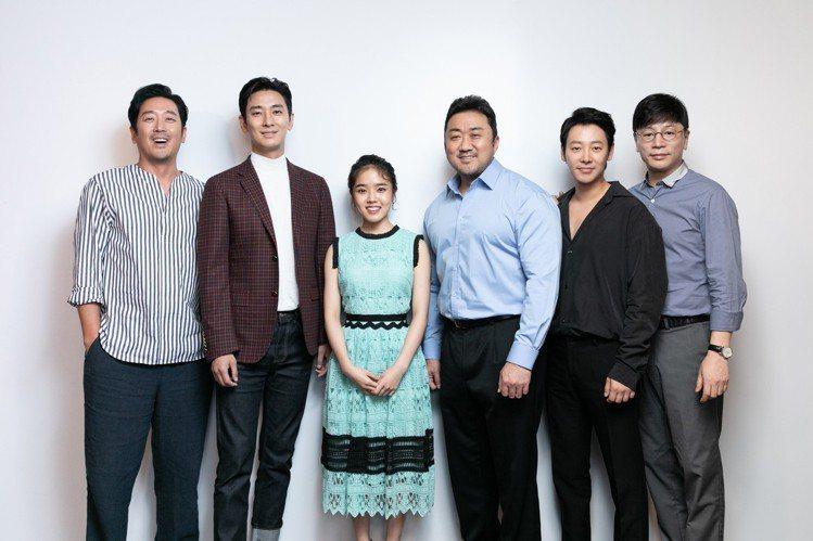 河正宇(左起)、朱智勛、金香起、馬東石、金東旭以及導演金容華在台宣傳「與神同行:...
