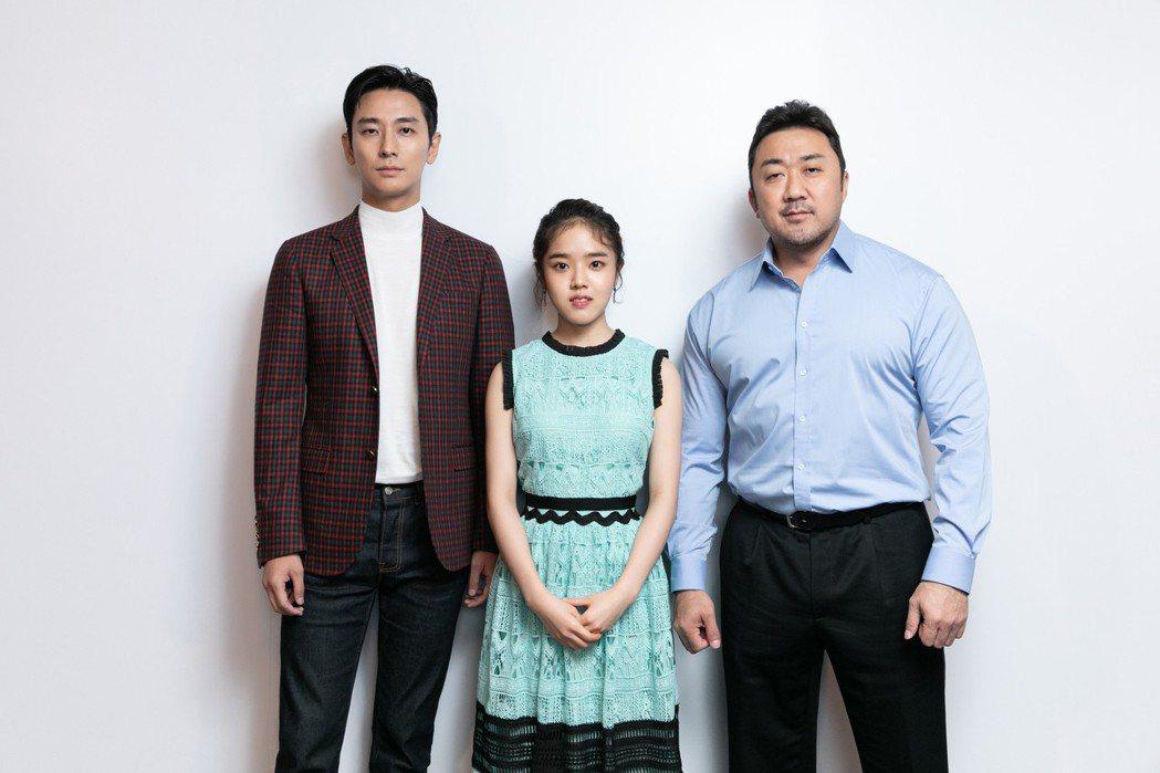 朱智勛(左起)、金香起以及馬東石在台宣傳「與神同行:最終審判」,辛勤跑行程,親和...