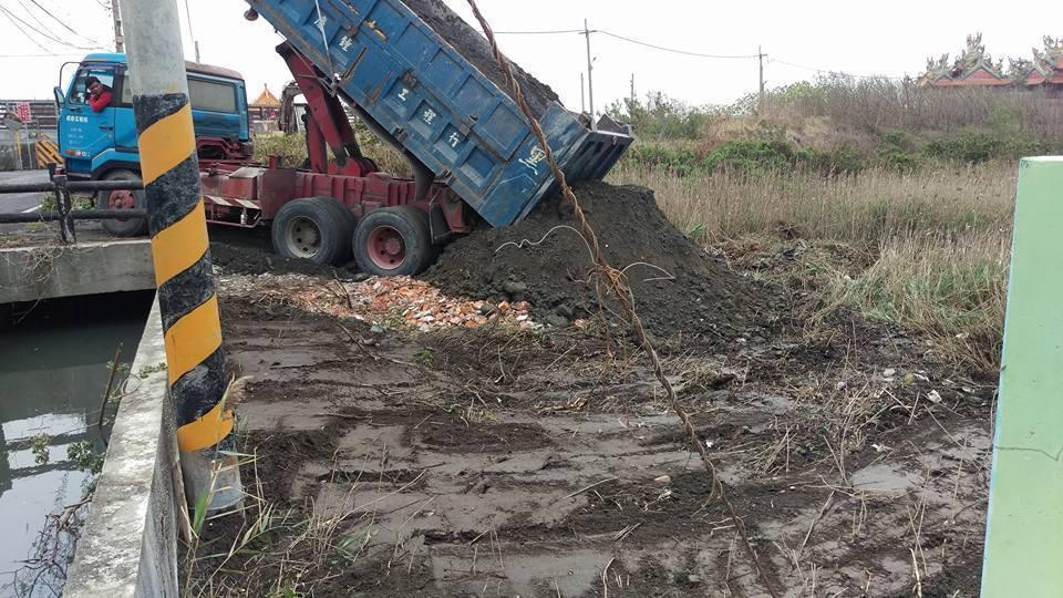戴校長花錢填土將一塊別人荒廢堆滿垃圾的土地,親手改造成美麗的公園,提供給鄉親乘涼...