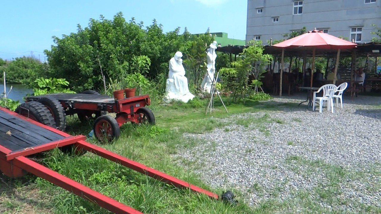 台西國小校長戴進隆經過一年辛苦整地植栽,讓垃圾如山的廢地變成美麗的小公園。記者蔡...