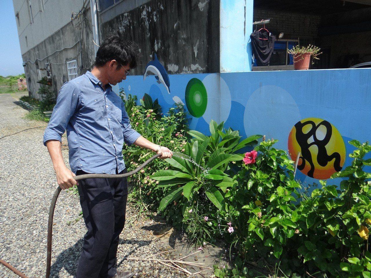 戴校長每天辛苦照護一草一木,使廢地花木扶疏,改變了整個社區。記者蔡維斌/攝影