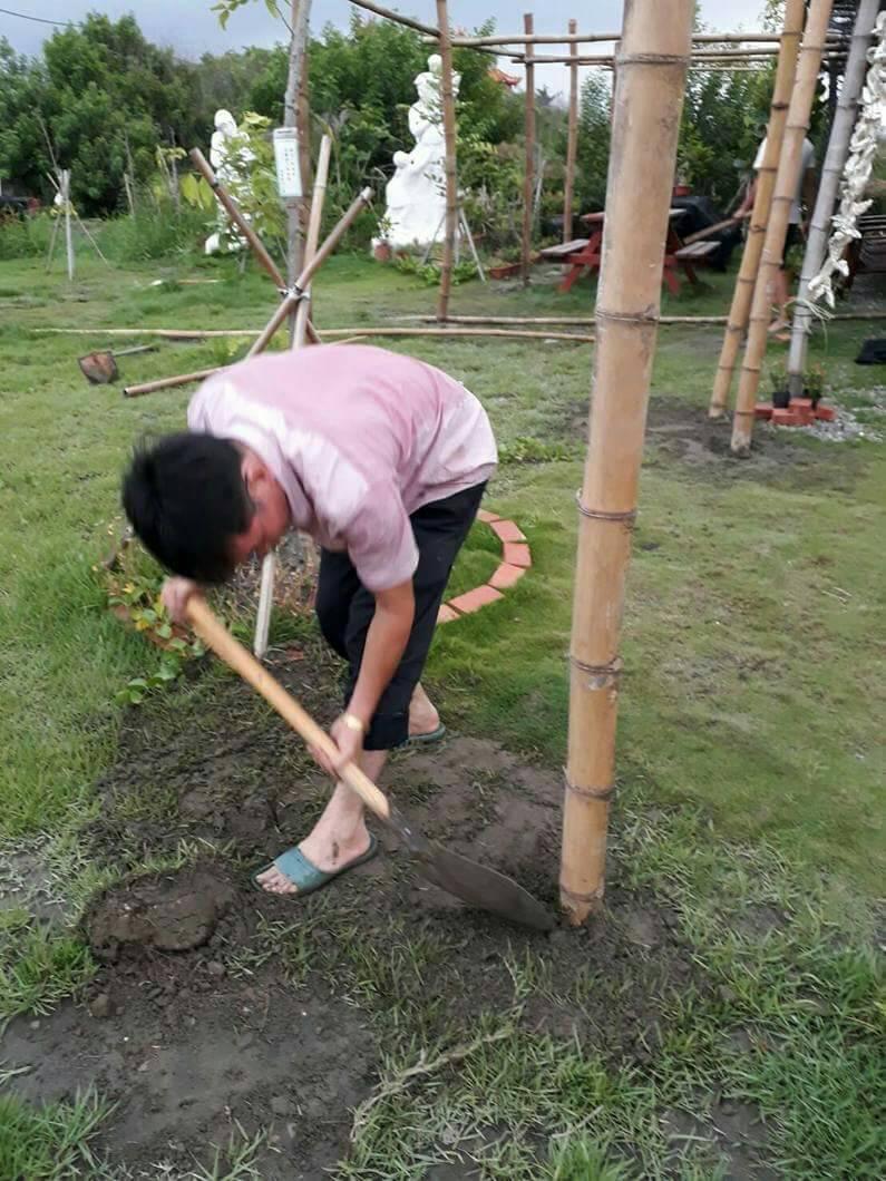 戴校長將一塊荒廢堆滿垃圾的土地,親手改造成美麗的公園,提供給鄉親乘涼休閒,精神令...