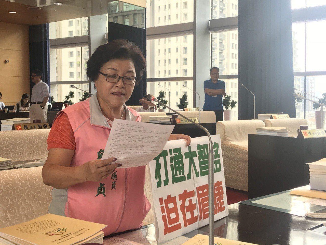 台中市議員邱素貞表示打通大智路迫在眉睫。記者陳秋雲/攝影