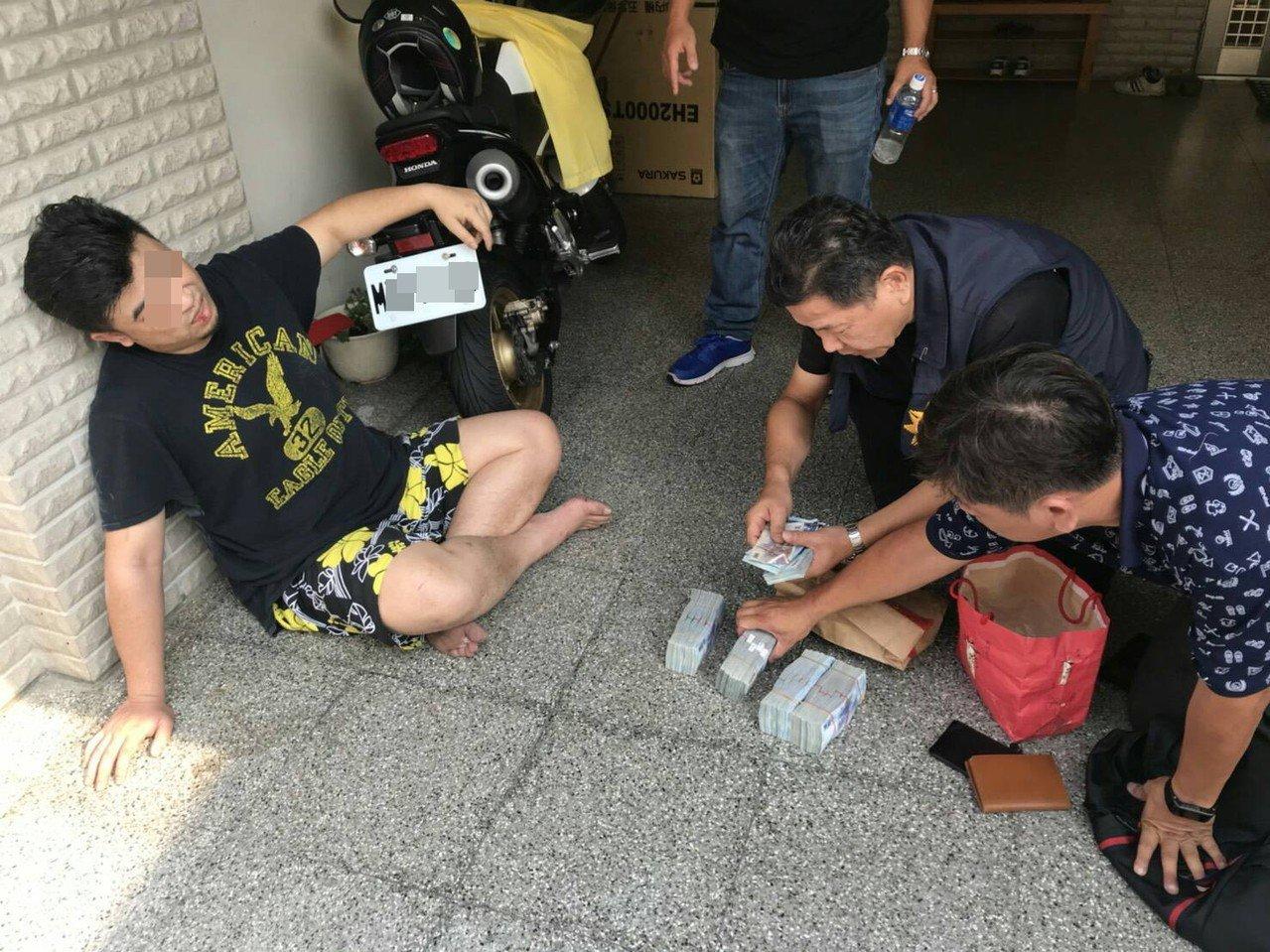 吳姓男子(左)為躲避警方追緝,跳樓逃跑時受傷。記者劉星君/翻攝
