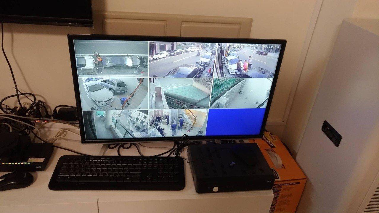 警方直搗詐欺集團位在台中的水房,屋內監視器畫面,隨時查看周遭情況。記者劉星君/翻...