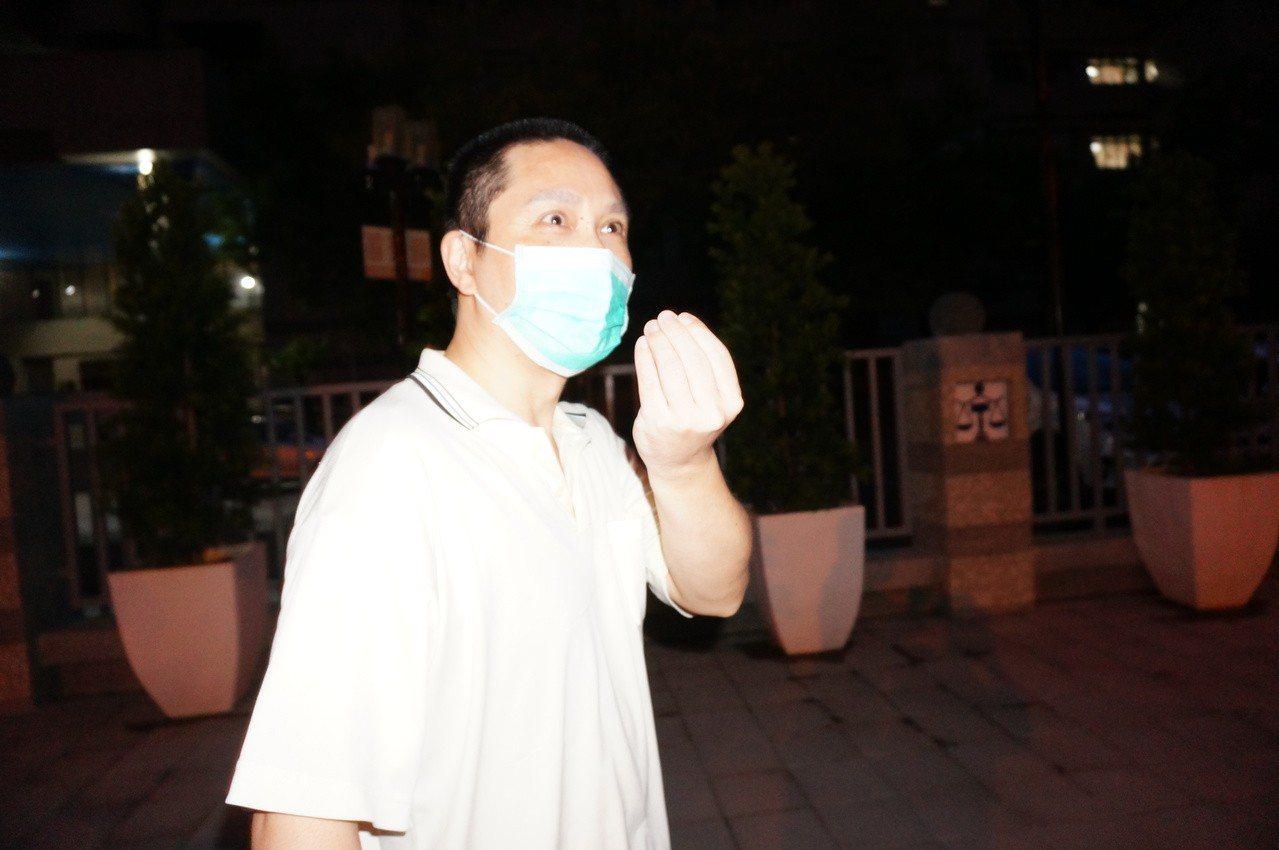 記者詢問贓款下落,中澤祥基比手勢講「NO」,表示沒有。記者林伯驊/攝影