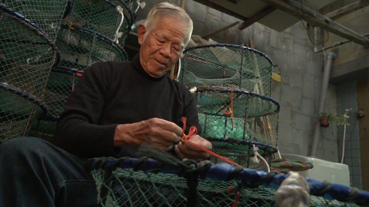 86歲許八郎至今仍堅持以手工方式補蟹籠。圖/新北市農業局提供