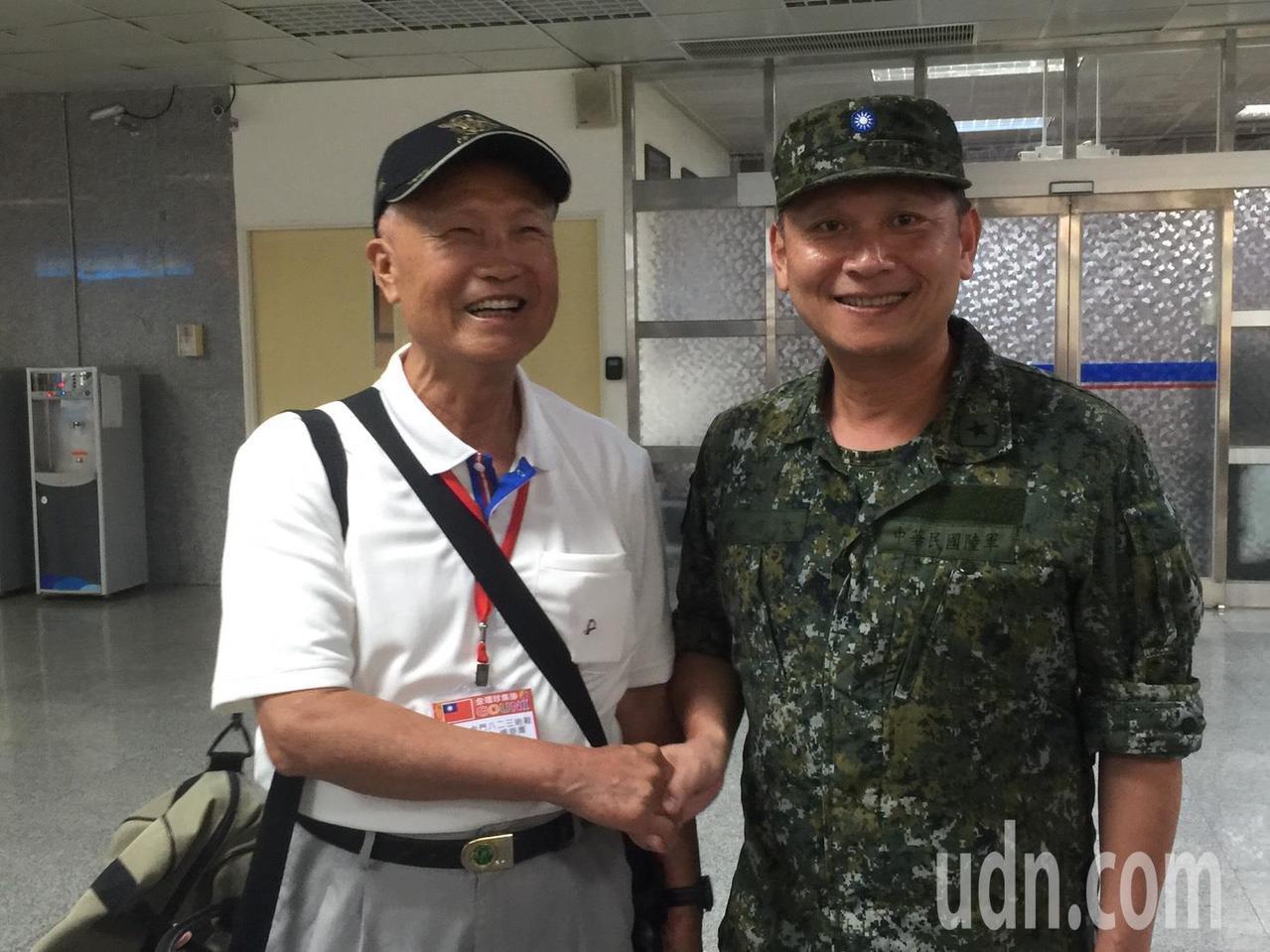 今天又有老兵組團重返英雄島,團長李麒麟(左)曾參加八二三戰役,曾官拜中將,是目前...