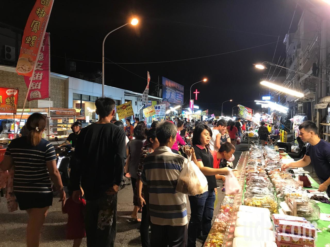 屏東縣東港鎮夜市每周三、六晚間營業,人潮熱絡。記者蔣繼平/攝影