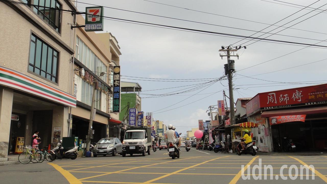屏東縣東港鎮夜市移到長春路段已有17年的歷史,長度約有600公尺左右。記者蔣繼平...