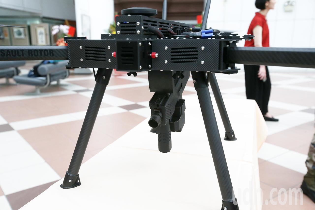 台灣製造的無人機可以搭載步槍武器實現空中巡邏任務。記者劉學聖/攝影