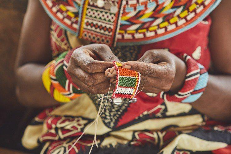 LOEWE大象限量公益包來自北肯亞桑布魯婦女手做串珠。圖/LOEWE提供