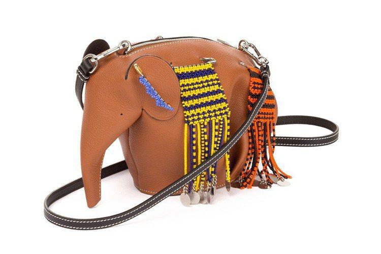 Knot On My Planet限定系列大象造形棕色肩背包。圖/LOEWE提供