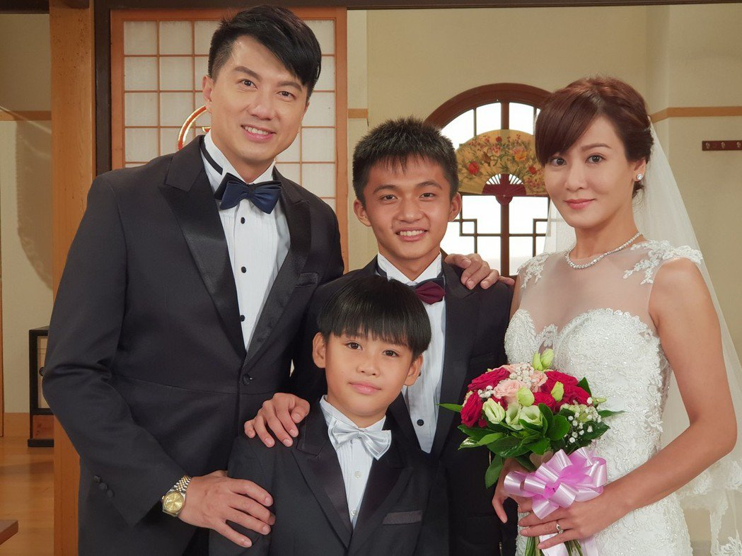 吳皓昇(左)、邱琦雯在「大時代」戲中經過苦戀,帶著2兒步入禮堂。圖/民視提供