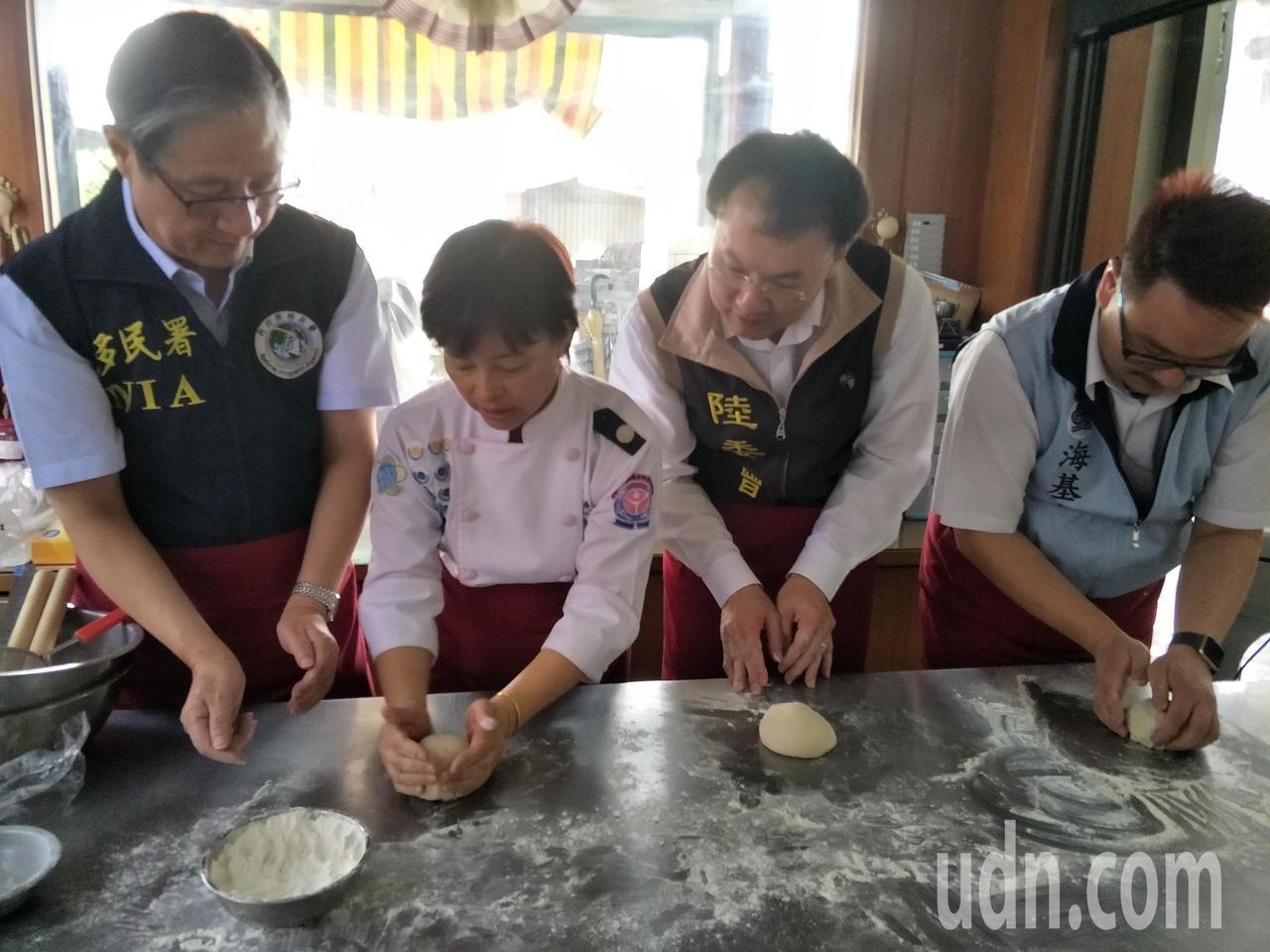 一行人認真學做麵包。記者謝進盛╱攝影